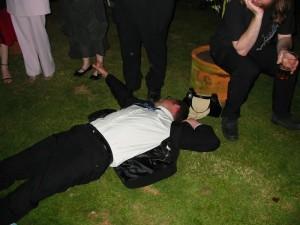részeg vendég vőfély dj esküvőre